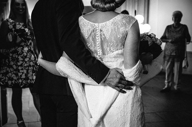 Einfach zusammen...   #kameramitherz #hochzeitsfotograf #hochzeitsfotos #fotos #hochzeit #heiraten #hochzeitsfotografkoeln #schwarzweiss #rathausköln #standesamt #brautpaar2020 #hochzeit2020 #braut #bräutigam #emotionenpic.twitter.com/HBWWMma65v