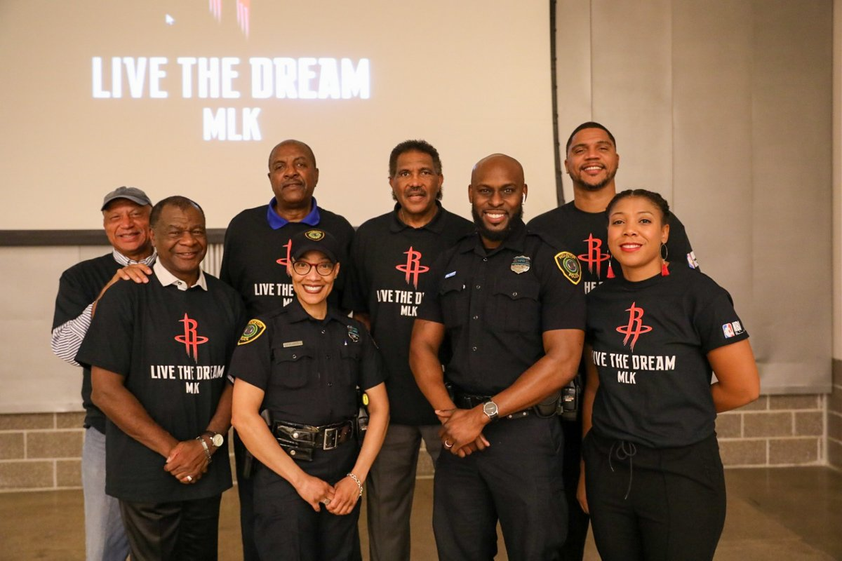 The Rockets & the @houstonpolice Department partnered to honor Dr. Martin Luther King's birthday with a panel discussing his impact followed by a Day of Service at @HoustonFoodBank.  #RocketsGiveBack l #MLKDay