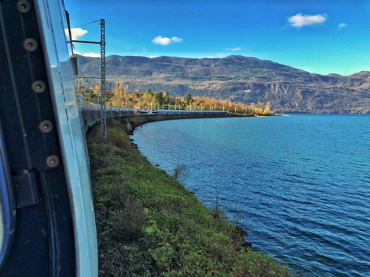 Qu'il s'agisse d'un #TGV ou de n'importe quel train, le conducteur doit régulièrement observer son train pour vérifier l'absence d'anomalie (dégagement de fumée, trappe ouverte,....). Le secret, c'est de bien choisir le moment pour surveiller son train 🤓😍😍😍
