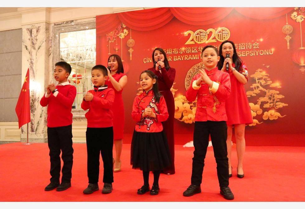 तुर्की के इस्तांबुल में आगामी चीनी चंद्र नव वर्ष की शुभकामना देने के लिए इस्तांबुल में चीनी वाणिज्य दूतावास द्वारा आयोजित एक स्वागत समारोह में प्रदर्शन करते लोग।pic.twitter.com/xNx26k5RoK