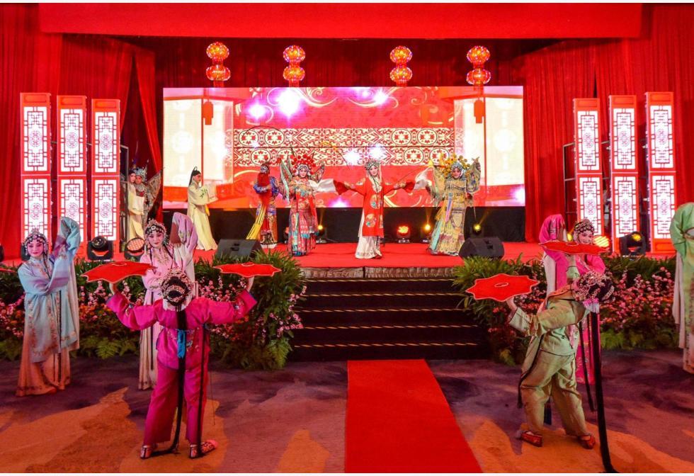 मलेशिया के कुआलालंपुर में आगामी चीनी चंद्र नव वर्ष की शुभकामना देने के लिए मलेशिया में चीनी दूतावास द्वारा आयोजित एक स्वागत समारोह के दौरान प्रदर्शन करते कलाकार।pic.twitter.com/yebxHSxTUA