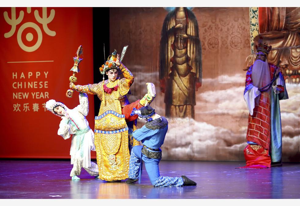 चेक गणतंत्र के प्राग में आगामी चीनी चंद्र नव वर्ष की शुभकामना देने वाले एक पर्व के दौरान सिचुआन ओपेरा का प्रदर्शन करते दक्षिण-पश्चिम चीन के सिचुआन प्रांत के कलाकार।pic.twitter.com/cOqf5mLTUv