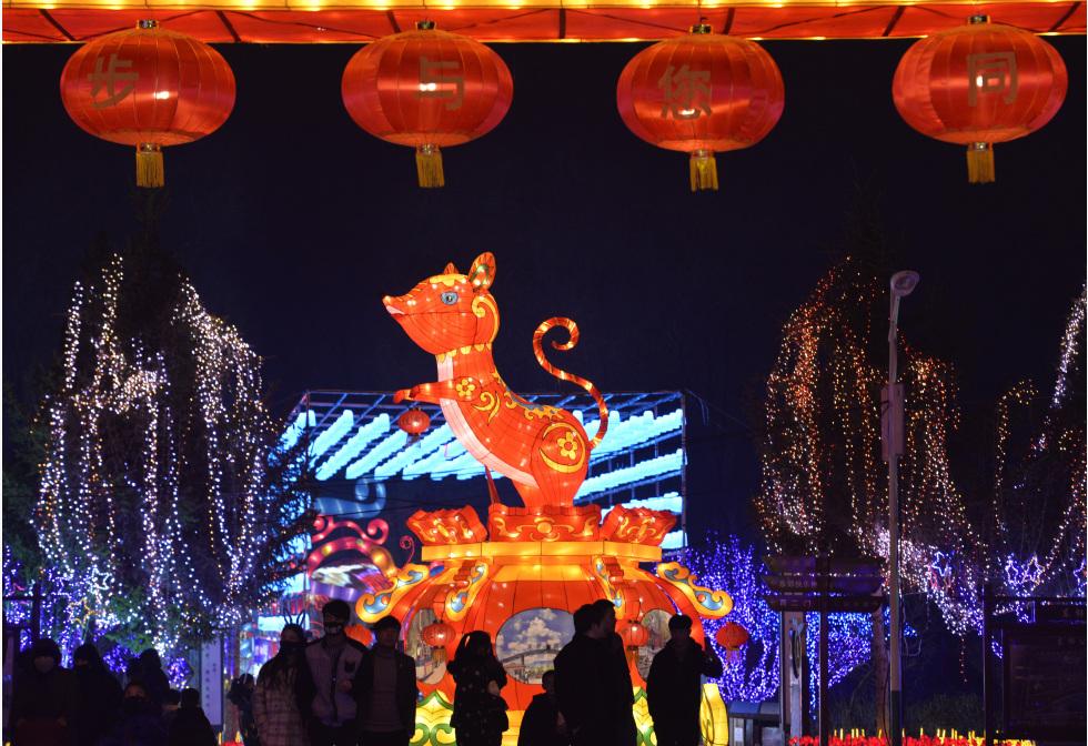 उत्तर-पश्चिम चीन के चीन के गोनू प्रांत के लिनक्सिया हुई स्वायत्त प्रान्त के लिंक्सिया शहर में एक लालटेन शो का आनंद लेते पर्यटक।pic.twitter.com/SyO2UCP15n