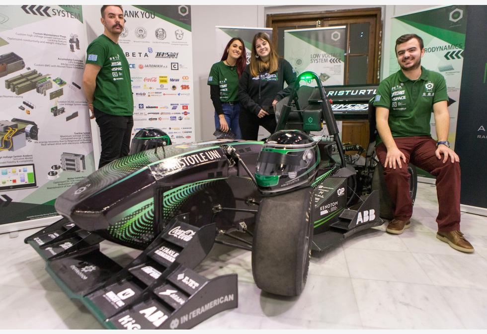 ग्रीस के एथेंस में इको-फेस्ट 2020 कार्यक्रम के दौरान अपनी इलेक्ट्रिक रेस कार के साथ फोटो के लिए थिस्सलोनिकी के अरस्तू विश्वविद्यालय के छात्र।pic.twitter.com/A25bZhSsse