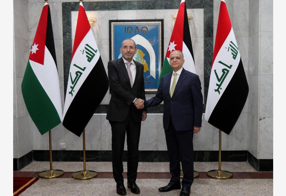 इराकी विदेश मंत्री मोहम्मद अल-हकीम इराक के बगदाद में अपनी बैठक के दौरान जॉर्डन के विदेश मंत्री अयमान सफादी के साथ हाथ मिलाया।pic.twitter.com/suQVLxHXLO