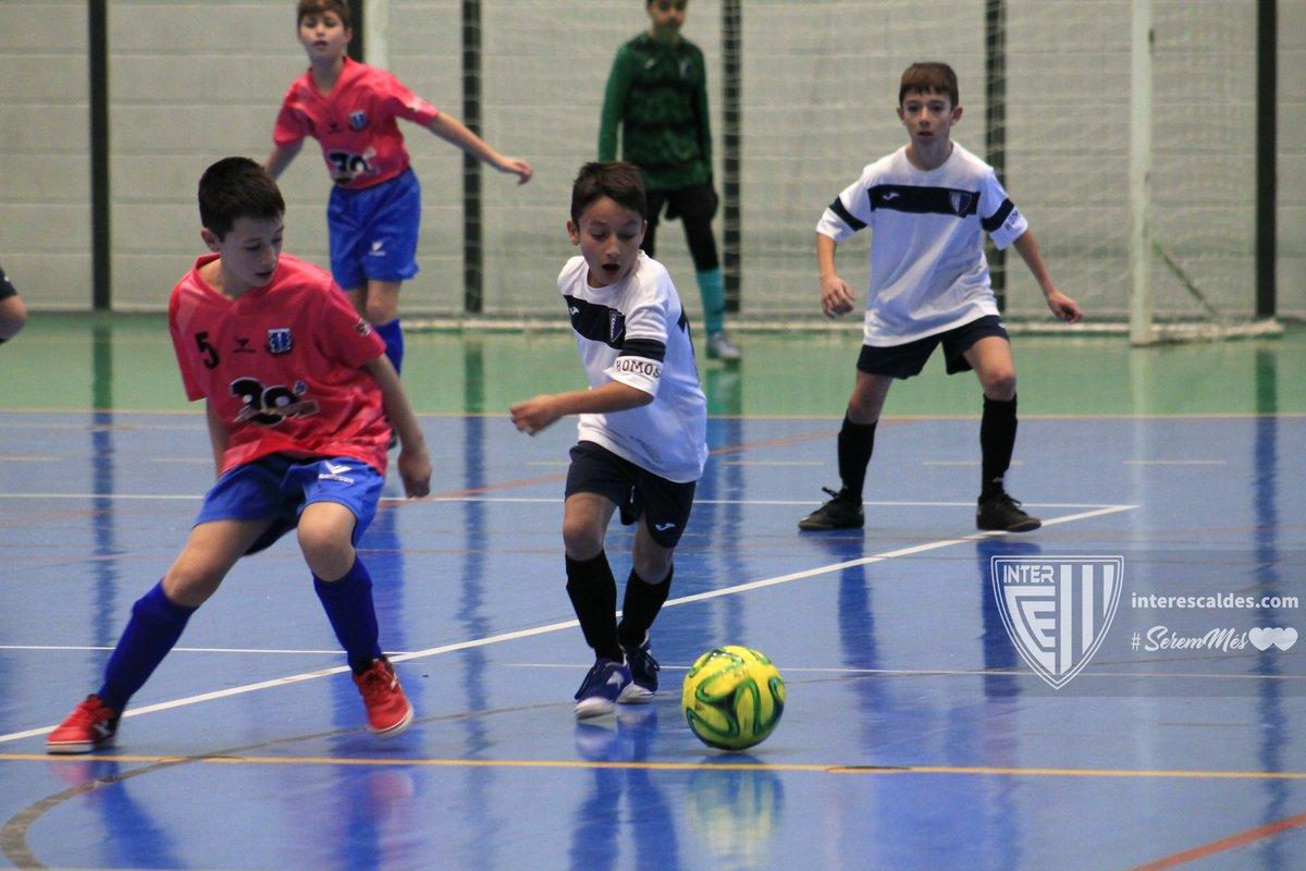 Reviu imatges de la gran jornada de la nostra Escola a les lligues hivernals de futbol sala http://facebook.com/interescaldes #seremméspic.twitter.com/hyovsg6WjJ