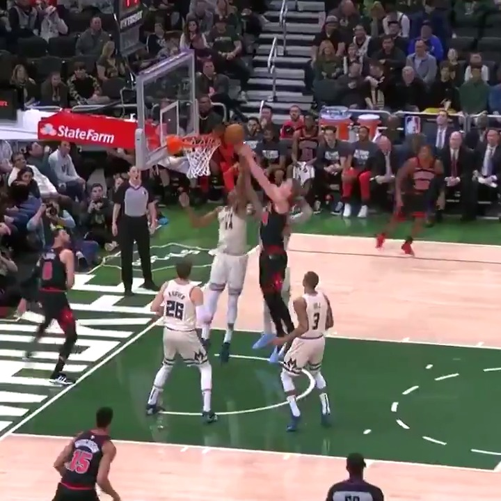 Lauri Markkanen on cleanup duty w/7 boards already and the Bulls lead the Bucks here in the first half.  @nbcschicago | #RunWithUs