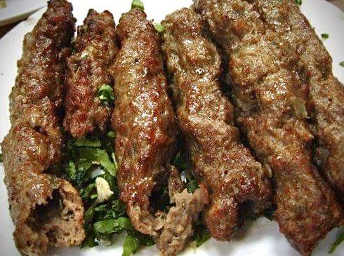 エジプトではケバブは肉を串に刺して焼いたもの、シシカバブは画像の様に味付けした挽肉を串に刺して細長く形を整え焼いたもの。日本でもポピュラーになった屑肉の固まりを回転させながら焼き、削ぎ落としてパンに挟むトルコのサンドウィッチ(ドネ… https://t.co/8NCFJ68StF
