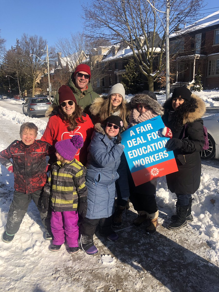 What a community we have—families came out to support our teachers today. #solidaritypic.twitter.com/xqORV1noAG
