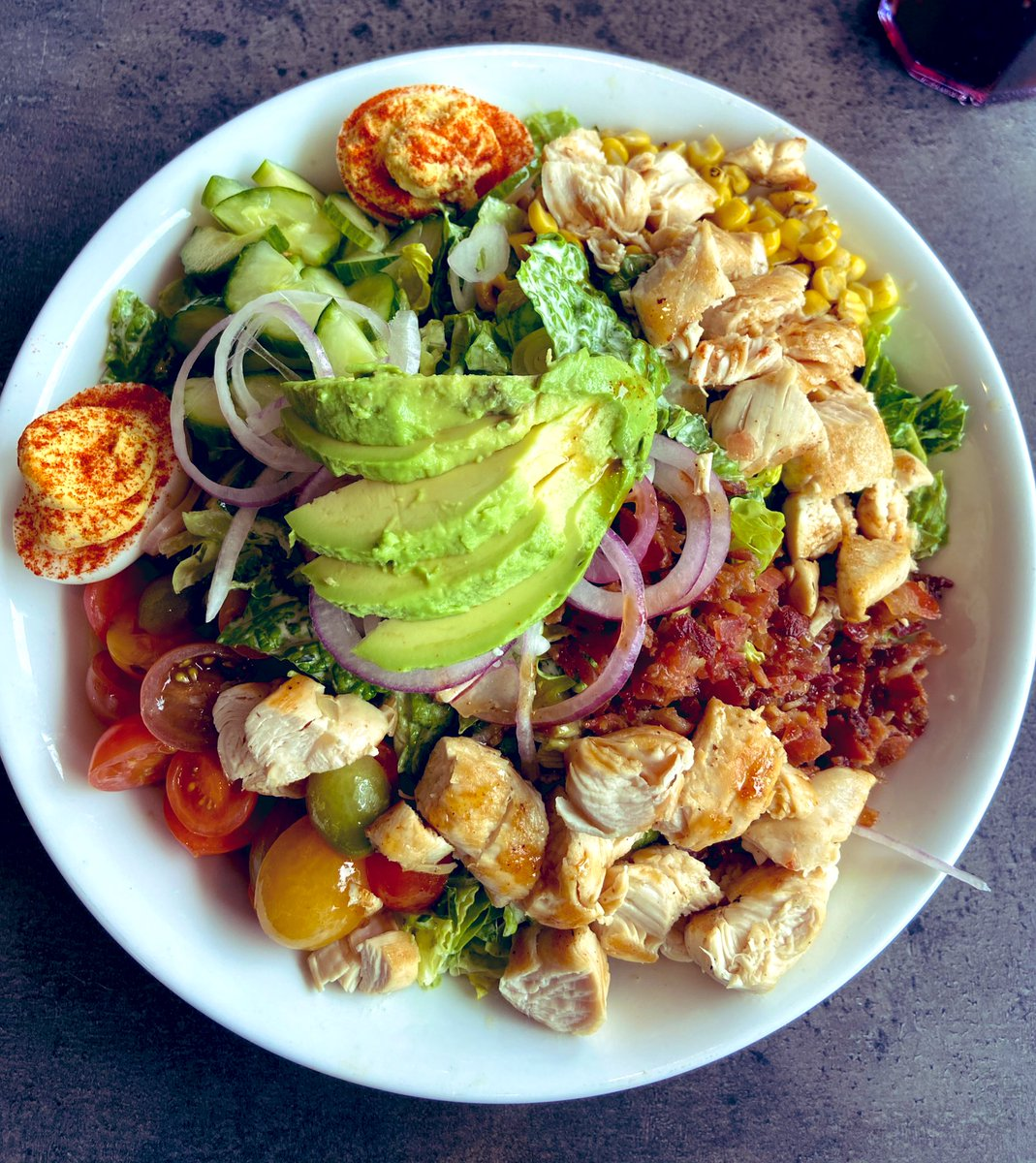 Keto-friendly lunch today. Southern Goddess salad: sub the fried chicken with grilled chicken! You can also omit the corn and honey garlic drizzle for a lower carb count. Yum! pic.twitter.com/mw1y1SkD37