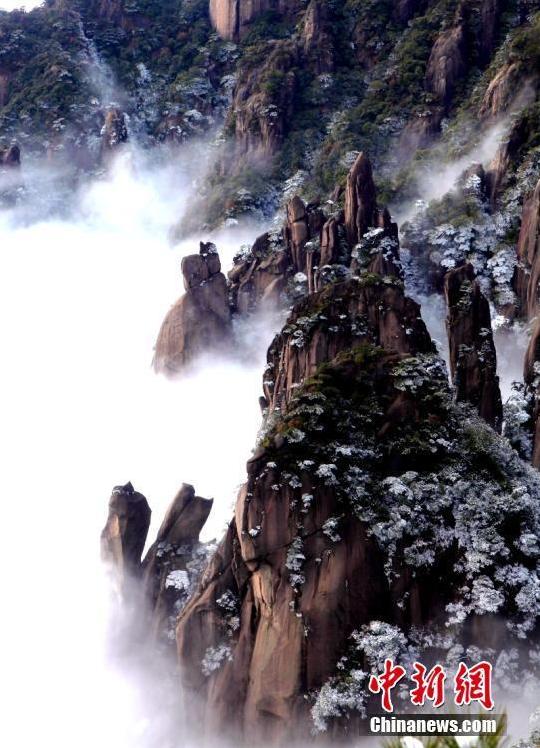 Imágenes del 19 de enero de la montaña Sanqing en la ciudad de Shangrao, provincia de Jiangxi, en el sureste de China. Después de la nieve, pinos y picos aparecieron entre las nubes y nieblas, lo que forma un paisaje pintoresco. pic.twitter.com/BeL9YU4BVm