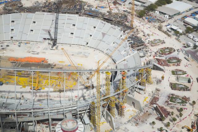 La FIFA et le Qatar ont dévoilé ce mardi leur stratégie commune pour la Coupe du monde 2022. Celle-ci sera axée sur le respect des droits des travailleurs immigrés et des personnes LGBT ainsi que la protection des militants et journalistes http://ow.ly/nZZM50y0BoR