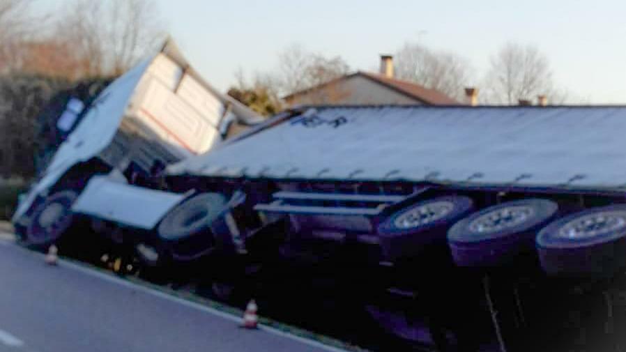 Camion sbanda sul ghiaccio e finisce nel fosso, un...
