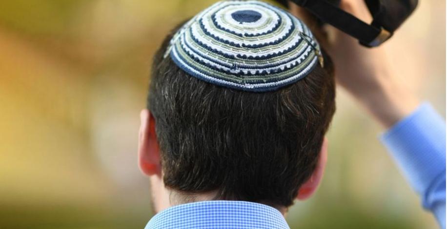 Quand au pays des droits de l'homme, 7 #juifs sur 10 ont déjà été victimes d'actes antisémites, le travail de mémoire à travers la commémoration de la libération d'#Auschwitz, est plus que jamais un devoir. Faisons bloc pour poursuivre le combat contre l'#antisémitisme.