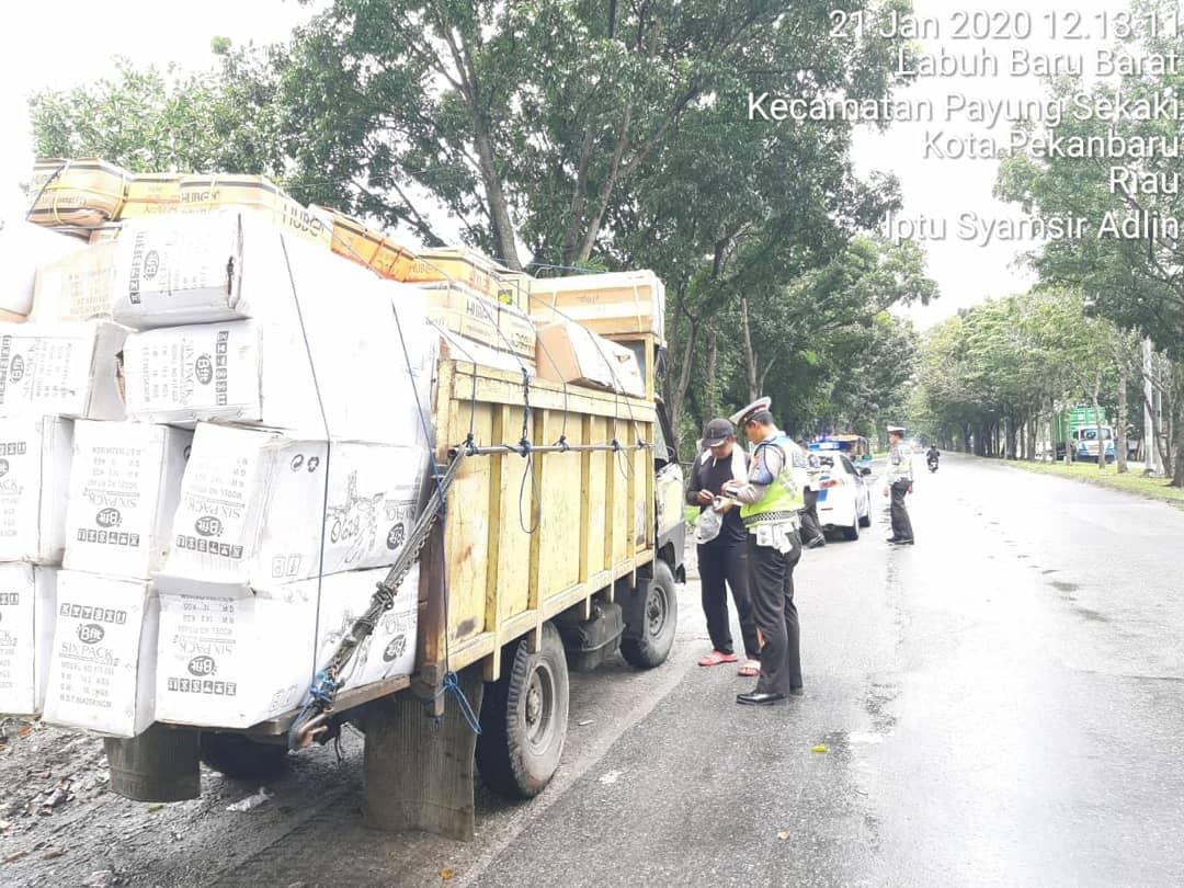 Personil Dit Lantas Polda Riau Sat PJR giat penertiban pelanggaran kpd pengguna jalan yg melebihi Over Dimensi Over Load di sekitaran Kota Pekanbaru. Selasa (21/1) Siang . @HumasPoldaRiau @DivHumas_Polri @infoPKU @infoRIAU #StopPelanggaranStopKecelakaanKeselamatanUntukKemanusiaanpic.twitter.com/9F2VP8V0ZS