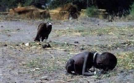 This was the circulated photo of a vulture waiting for a starving Sudanese girl to die so it can feast on her. It was taken by Kevin Carter, a prolific photojournalist, during the fa mine of 1993 in Sudan. This photo later won Kevin the Pulitzer <br>http://pic.twitter.com/5dp4rXS3Z1