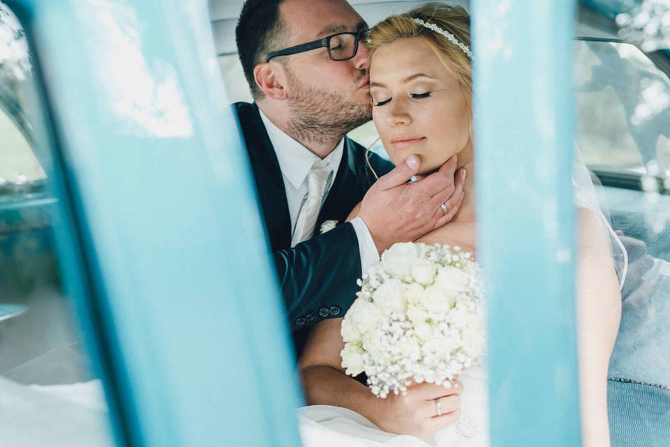 Brautpaarshooting mit Oldtimer  Das frisch vermählte Brautpaar turtelt verliebt beim Shooting mit dem außergewöhnlichen Oldtimer  #heirateninderpfalz #herbsthochzeit #brautpaar #brautpaarshooting #hochzeit #weddingpic.twitter.com/puaGFVUFfm