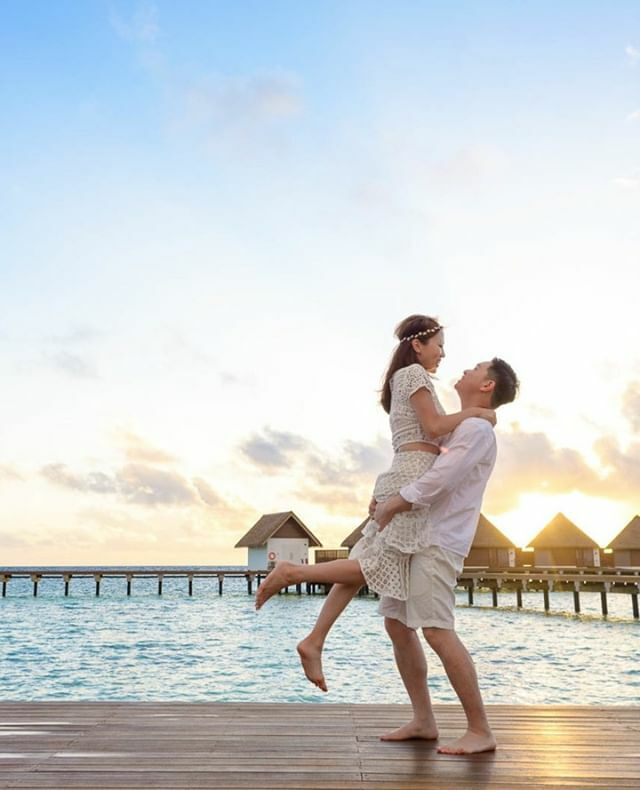 Lift me to the stars. #Couple #Maldives #Travel