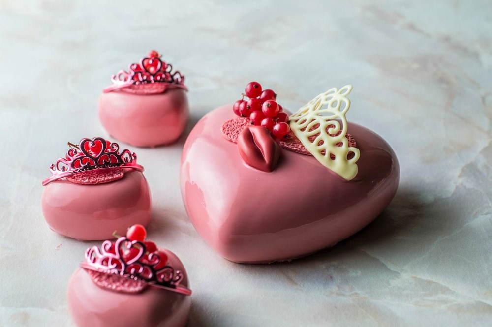 ANAインターコンチネンタルホテル東京のバレンタイン、ルビーチョコ×苺のハートケーキやヒョウ柄チョコ -