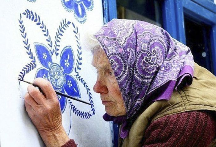 Agnes Kasparkova, 90-Year-Old Czech former agricultural worker who spent over a decade turning her small village into an art gallery by hand-painting traditional Moravian motifs on the local houses and buildings #womensart <br>http://pic.twitter.com/KZDAIe3M5d