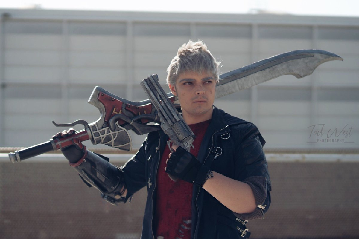 """""""Rise again.""""  Another throwback photo from the last @RomicsOfficial 2019; it's also the only one in wich I have both the weapons, lmao! Ph: Tod West Photography (on IG)  @DevilMayCry @tomqe @johnnyyongbosch @dev1_official #DevilMayCry5 #DevilMayCry #cosplay #cosplayerpic.twitter.com/tVQuFWIrUw"""