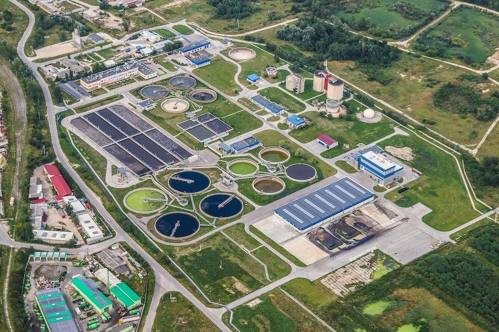 Nuestros compañeros de @planeta2030 comparten una reflexión sobre el agua reciclada para usos alimentarios: más de 2.000 millones de personas en el mundo no tienen acceso a una red pública de agua como el resto de los países del primer cinturón económico. http://bit.ly/beberias-agua-reciclada…pic.twitter.com/pVg353MUEu