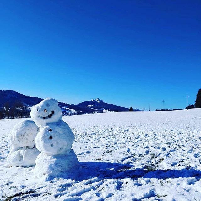 Jaaa! Er ist da, der Schneemann und der Schnee! #kolpingurlaub #zeitdieguttut #alpen #alps #allgaeu #mountains #berge #bavaria #bayern #allgäueralpen #wandernmitkindern #hikingwithkids #ausflugstipp #naturelovers #urlaubmitderfamilie #schnee #snow #skiin… https://ift.tt/38n02JKpic.twitter.com/rw9if0fBG1