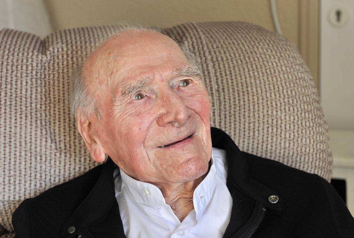 """[Portrait] """"Albert Bareille – Souvenirs quand tu nous tiens..."""" Albert est résidant à l'EHPAD de Lormont du @CHUBordeaux à l'occasion de ses 105 ans la @VilledeLormont a réalisé son portrait 👴Pour lire l'📰 ▶️ lormont.fr/actualites-109… https://t.co/DNirSrFJP0"""