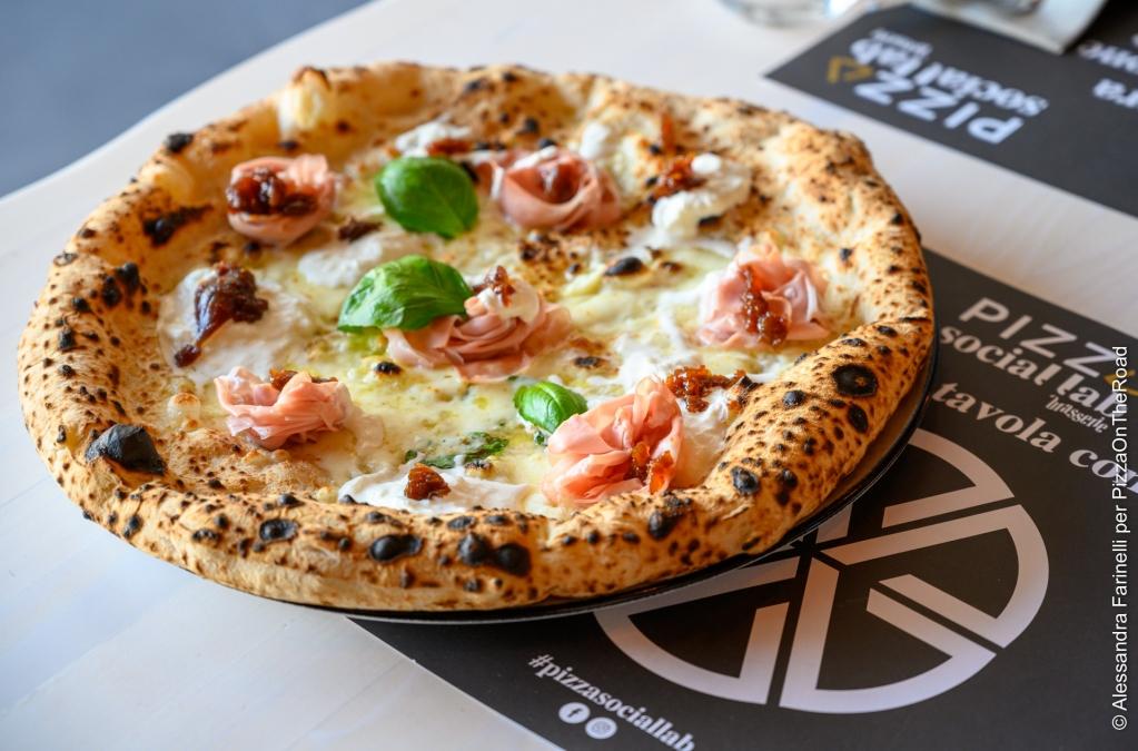#PizzaSocialLab, due stili a confronto in un'unica #pizzeria.  La tradizione, baluardo di @rosarioferraro_oldstyle, formatosi alla scuola dell' @pizzeriadamichele, dirige il banco della tipica #pizza sottile a #ruotadicarro e si confronta con l'innovazione di…pic.twitter.com/BQWVXiPzxF
