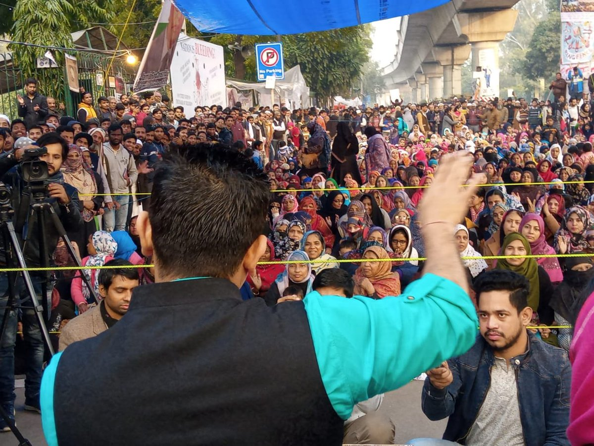Media will not show you the protests happening in Jamia. Some pics of @tehseenp addressing the crowd todaypic.twitter.com/ODlakIu3Du