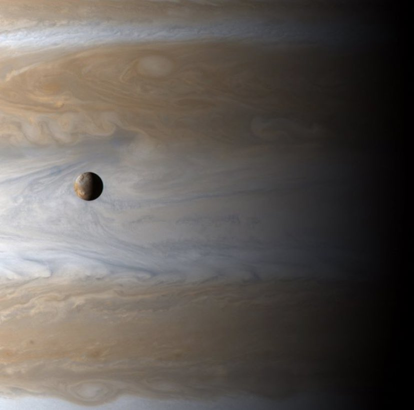 Jupiter's volcanic moon Io drifts by the face of this gas giant.(📸 Cassini probe - Jan. 2001)
