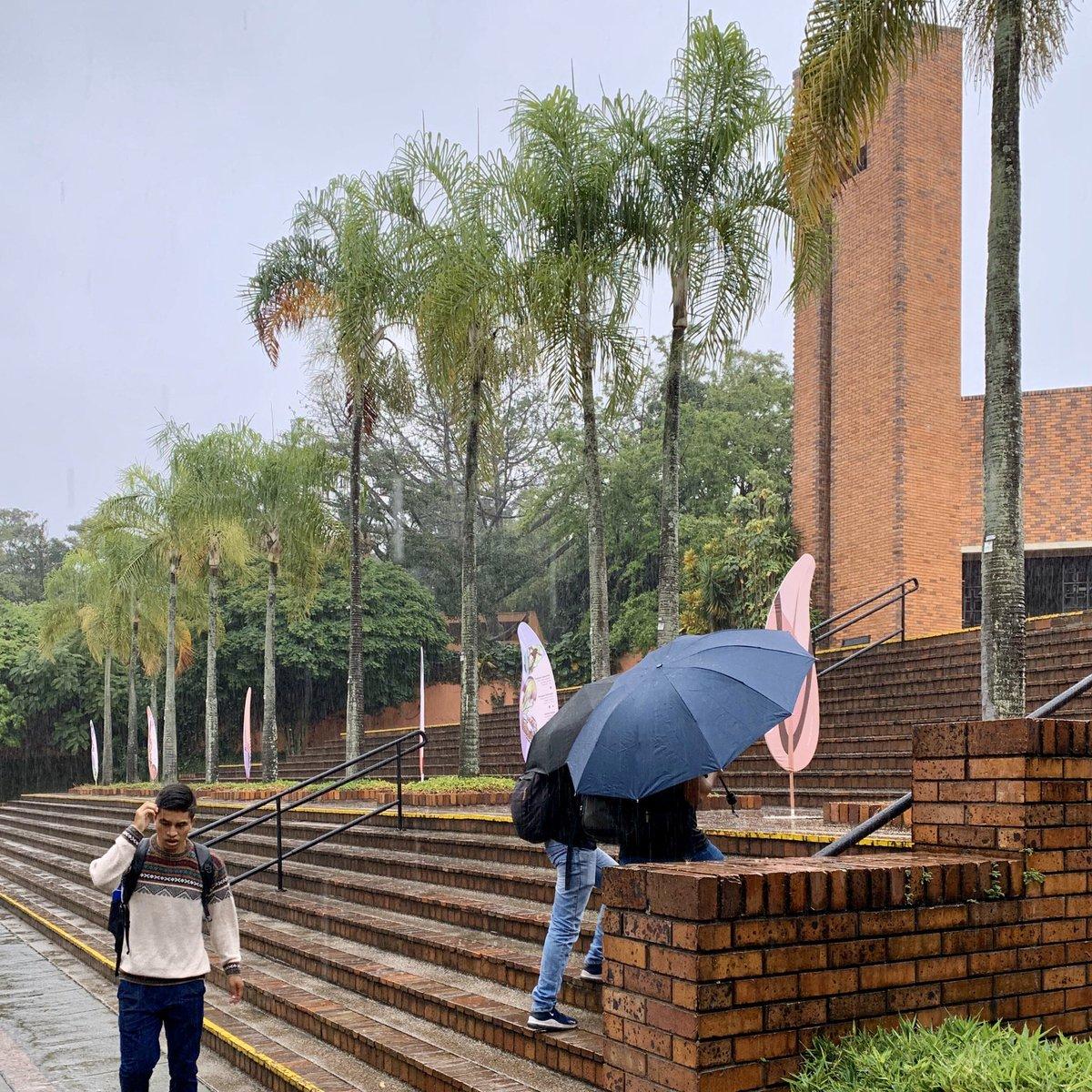 Con un poco de lluvia y buena actitud empezamos nuestras actividades del día martes, 21 de enero. #JaverianaCali