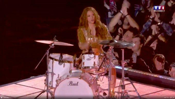 I\m dead. damn I love her Happy Birthday Shakira!