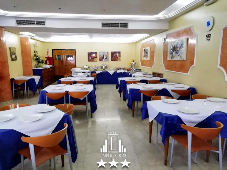 Disfrute de una buena comida a la carta en el Restaurant Amadeus del Hotel Emperador en la ciudad de Valencia, para huéspedes y visitantes, estacionamiento privado. ... #hotelemperadorv #hotel #valenciavzla #carabobo #venezuela #travel #traveling #bookingpic.twitter.com/AaH4ZFOZC2