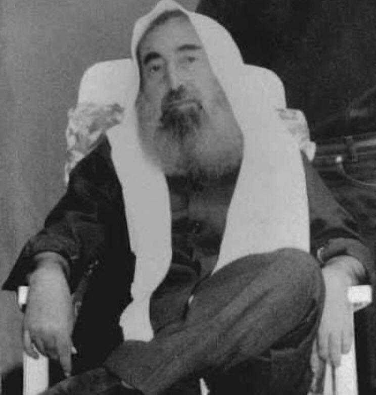 """Nesl-i Âti on Twitter: """"Şeyh Ahmed Yasin'e sordular: """"Neden felçli ve sandalyeye bağlı yaşadığınız halde bacak bacak üstüne atarak poz verdiniz?"""" Büyük Mücahid Şeyh Ahmet Yasin: dedi ki: """"Çünkü benim fotoğrafımı hapishanede"""