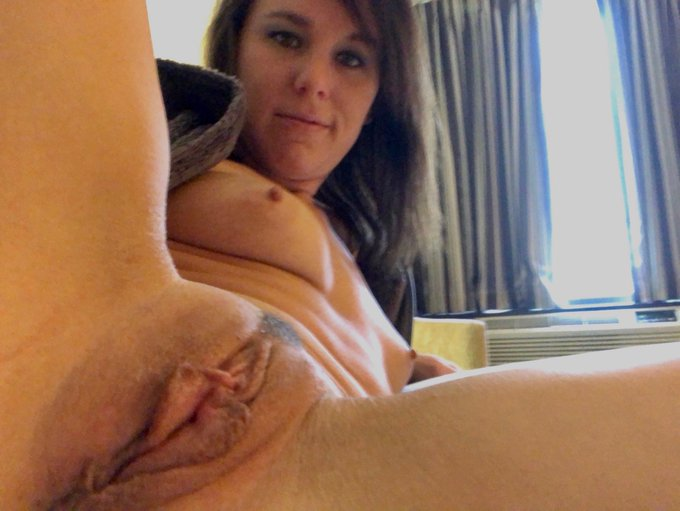 Come warm me up 🔥 #pussy #NGOT #boobs #fuckme #MilfMonday https://t.co/Q7vbPXgIXx