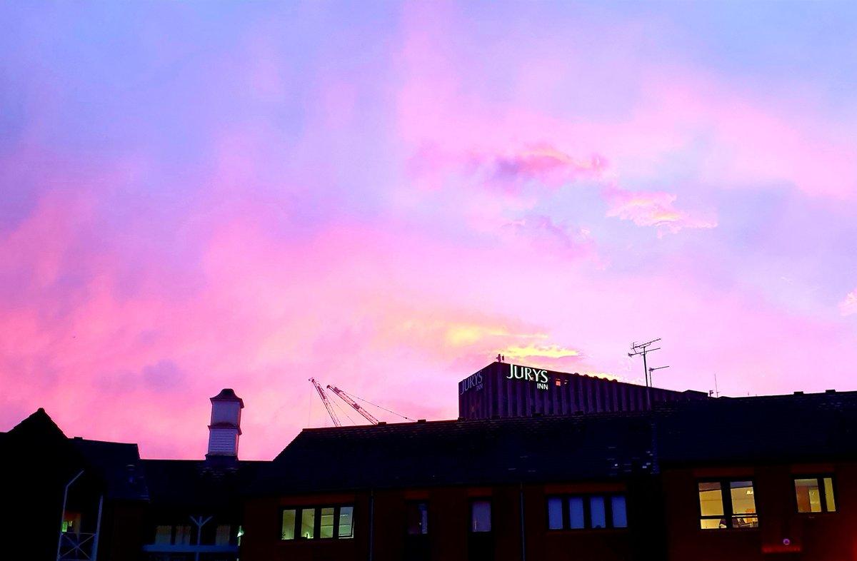Beautiful sunset colours in Birmingham today. #birmingham #igersbirmingham #thisisbham #igersbirminghamUK #sunsetpic.twitter.com/HuktOIev1G