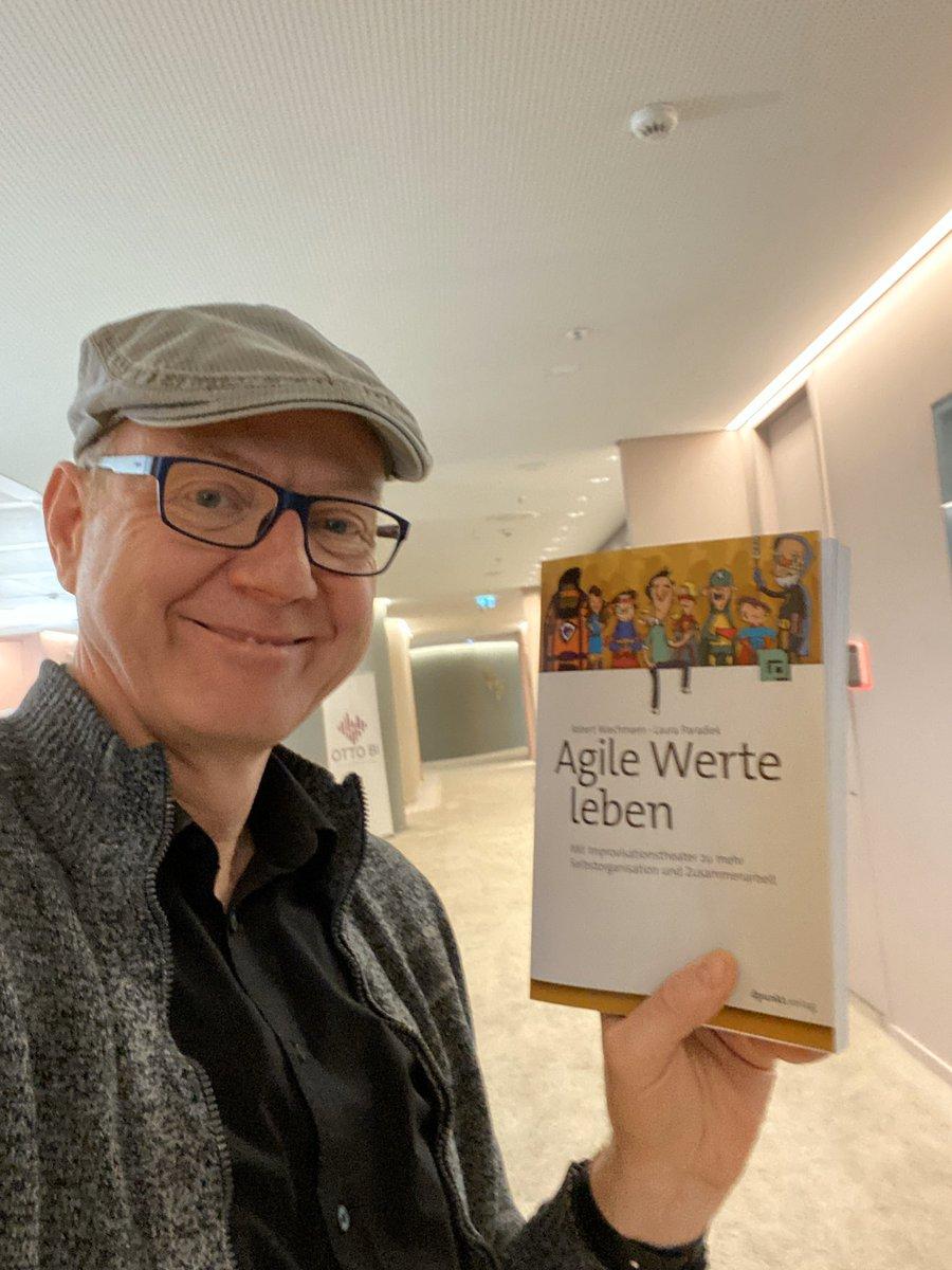 """Roberts und Lauras Buch """"Agile Werte leben"""" ist da, cool! Ich freue mich sehr, das Buch, das Werte und  Improvisationstheater kombiniert,  endlich in den Händen zu halten. Danke @projekt_log und Laura Euer Wertelieferantpic.twitter.com/D6vh1l9e3f"""