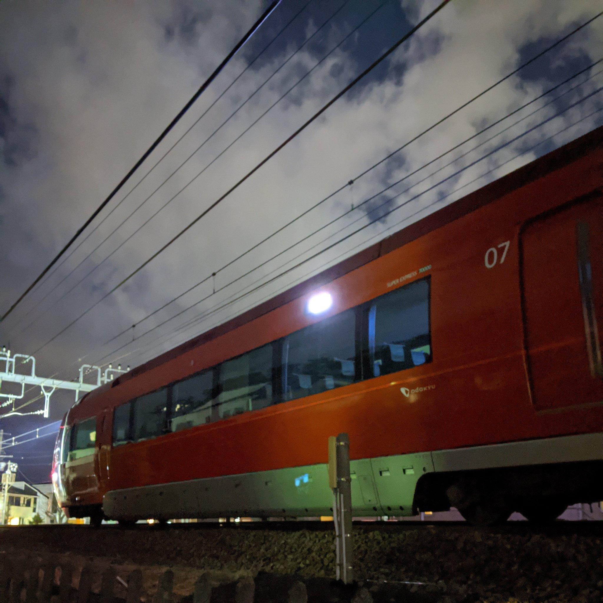 小田急江ノ島線の鶴間駅の人身事故でロマンスカーが運転を見合わせいる画像