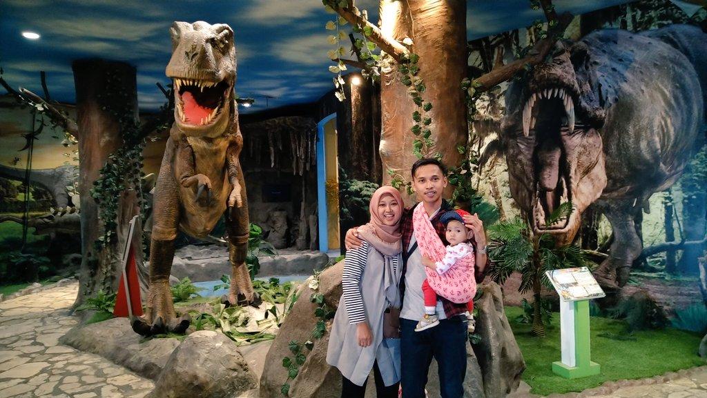 "Preinan wingi ngajak dulin keluarga nang @TamanPintar . anakku wedi delok dinosaurus. tapi njuk seneng nang wahana2 sing warna warni. mugo2 tambah apik lah. eman akeh wahana sing butuh ""pemeliharaan estra"". pic.twitter.com/uj2GmZOxtM"