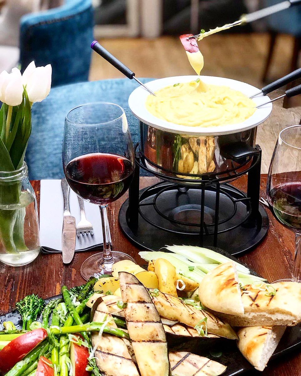 Whose your valentine on the 14th? Take them for a cheeky 3 course fondue dinner with a bottle of bubbles. There'll also be live music 🌹❤️😘 https://t.co/8weas2B3QL