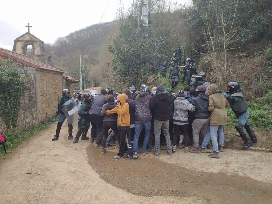 Un fuerte dispositivo de la Guardia Civil pone fin a la ocupación del Palacio de #Ronzón, en #PoladeLena.  Tres personas han sido detenidas en el desalojo, y otra ha resultado herida leve.   https://www.elsaltodiario.com/ocupacion/un-fuerte-dispositivo-de-la-guardia-civil-pone-fin-a-la-ocupacion-del-palacio-de-ronzon-en-pola-de-lena…pic.twitter.com/dWXlnJXKFj
