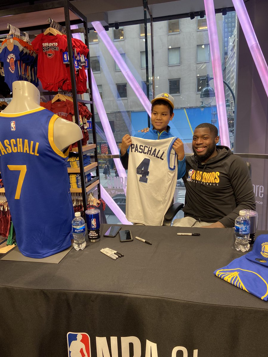 👀 @warriors Rising Star @epaschall having fun this afternoon with fans of all ages @NBAStore NYC!
