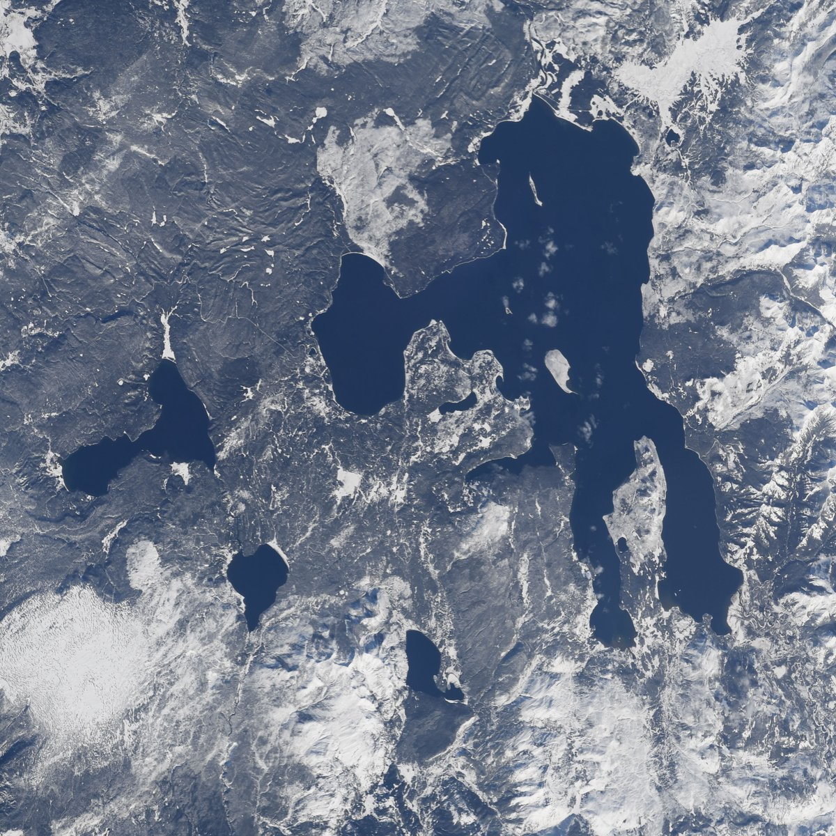 The four seasons of the incredible Yellowstone Lake in @YellowstoneNPS. Spending 11 months in space means getting to watch your favorite places on Earth even as they change throughout the year.