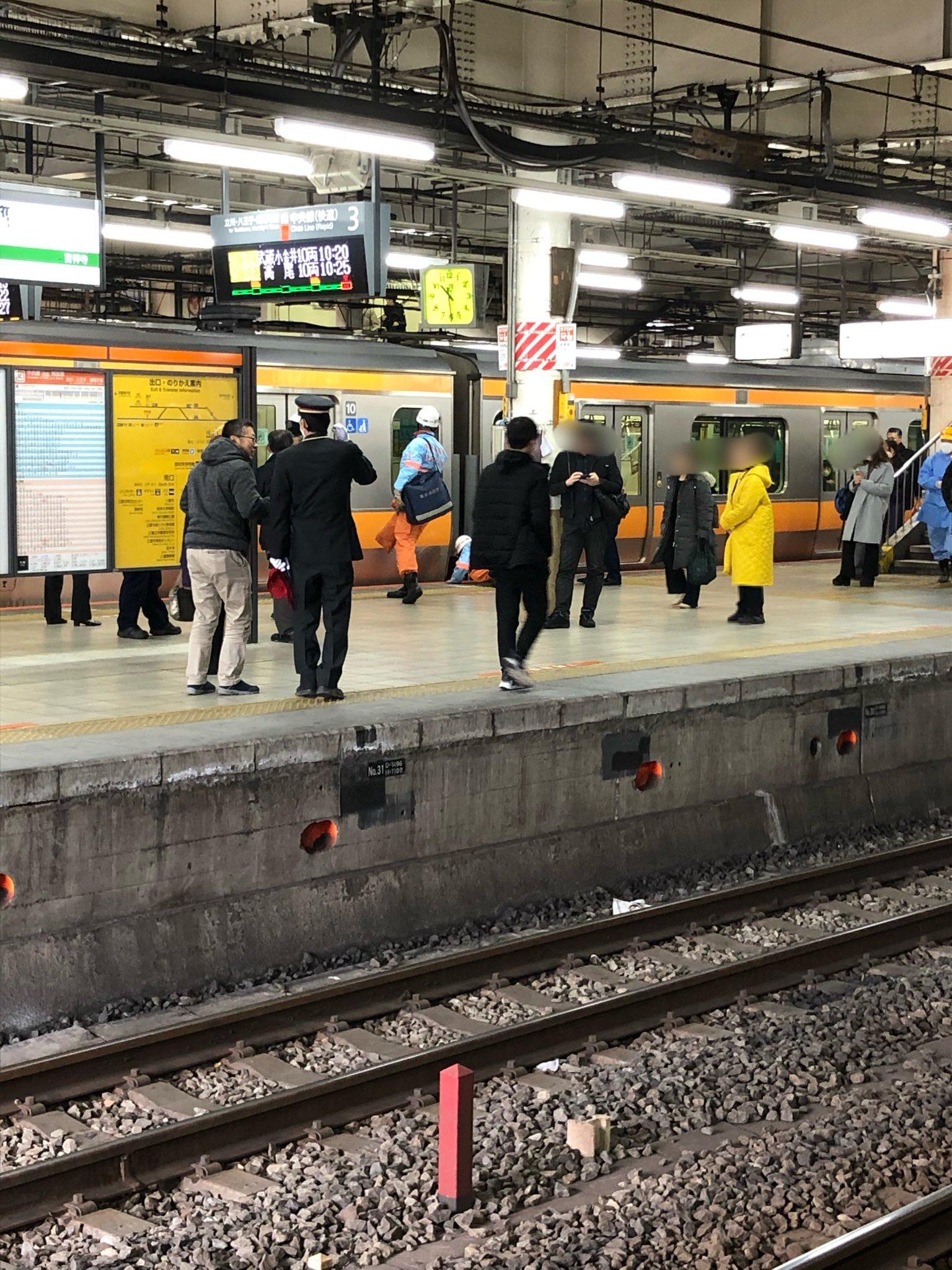 中央線の三鷹駅で人身事故が発生し救護活動している現場画像