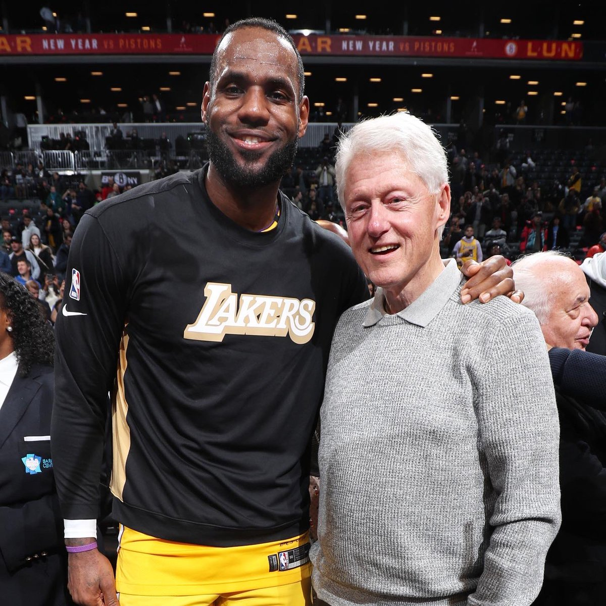 Following the @Lakers win in Brooklyn, @KingJames & @AntDavis23 greet President @BillClinton!<br>http://pic.twitter.com/pgi32FBXH4