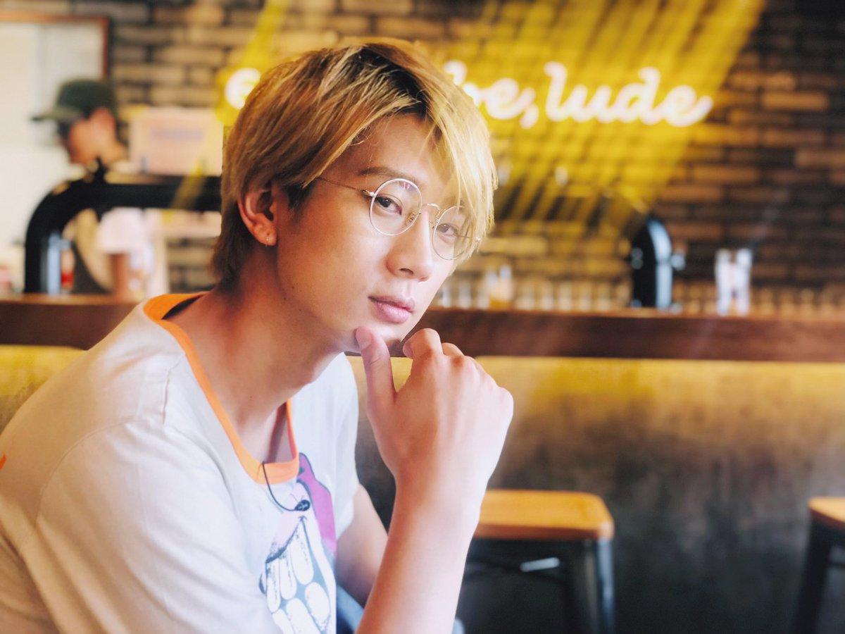 #おしバカ本日発売!!こちらは沖縄のバーでビールを待つ江口フォトジェニック拓也さんです