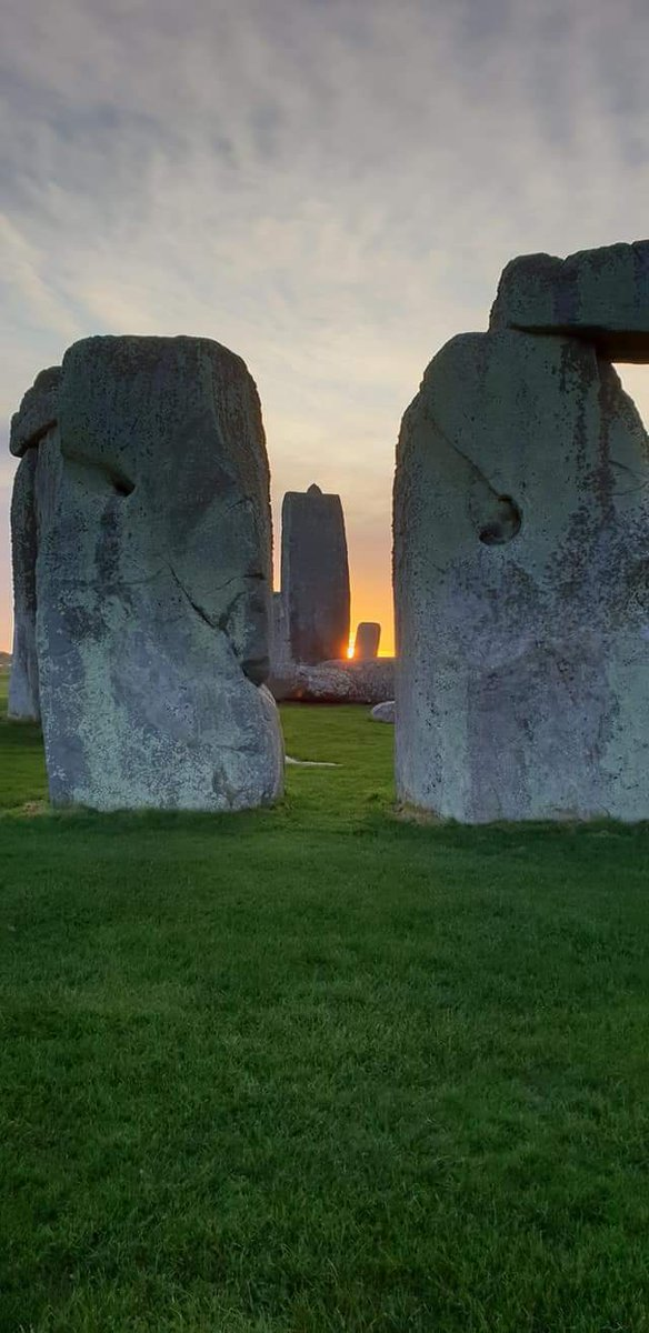 Sunrise at #Stonehenge today (24th January) is at 07.55 am, sunset is at 4.43pm<br>http://pic.twitter.com/TP69jD4oF3