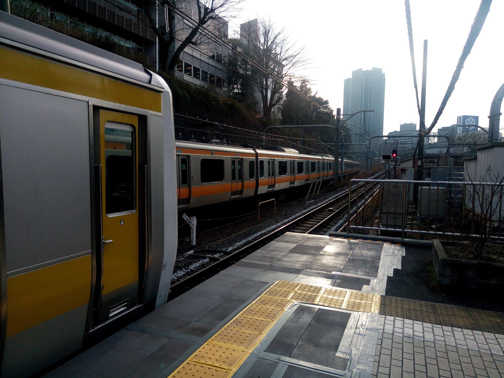 総武線の代々木駅で人身事故が起き電車が運転を見合わせている画像