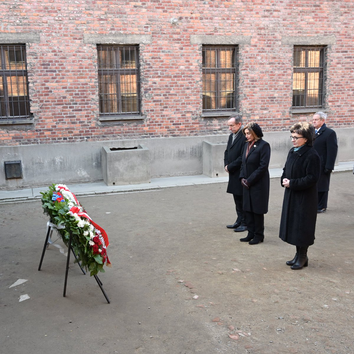 "The Marshal of the Sejm and the Speaker of the House of Representatives in #Auschwitz-Birkenau. Joint tribute to the victims of the Nazi crime.  ""Silence cries out with the voices of millions of those murdered""   →http://sejm.gov.pl/Sejm9.nsf/komunikat.xsp?documentId=014A87E267EB1069C12584F60055B56E …  #Auschwitz75 #WeRemember #NeverAgainpic.twitter.com/HISEILe1N7"